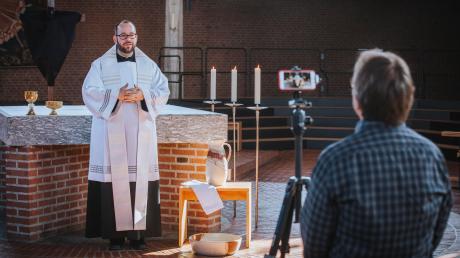 Aufgrund der Corona-Krise finden derzeit keine Gottesdienste statt. Deshalb schicken Seelsorger wie der Landsberger Stadtpfarrer Gregory Herzel Videobotschaften.