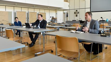 Pressekonferenz im Sitzungssaal des Landratsamtes:von linksMaria Matheis (Leiterin Führungsgruppe Katastrophenschutz, Landratsamt), Landrat Thomas Eichinger undVersorgungsarzt Dr. Markus Hüttl