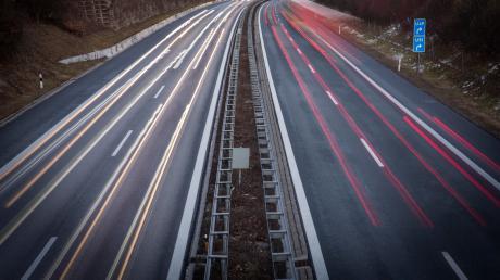 Autobahn A96 stark frequentiert Schöffelding PKW LKW Symbolbild