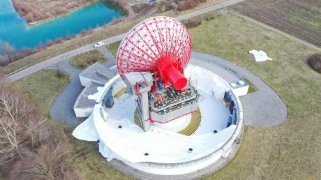 Die Antenne des Radoms in Raisting liegt seit einem schweren Sturm im Februar frei. Normalerweise wird das Radom von einer Hülle umgeben und sieht aus wie ein riesiger Golfball.