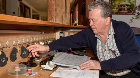 Seniorchef Wendelin Hipp vom gleichnamigen Landgasthof in Hofstetten sitzt an der vereinsamten Rezeption.