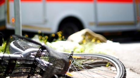Bei einem Sturz hat sich ein 77 Jahre alter Radfahrer aus Dießen schwer verletzt.