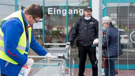 Kein Eintritt ohne Maske: Nicht nur beim Sailer Baumarkt in Landsberg steht Sicherheitspersonal vor der Türe.