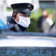 In einem Geschäft in Senden will die Frau keine Maske tragen. Die Polizei muss einschreiten.
