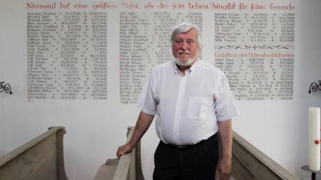 Andreas Bernhard vor dem Kriegerdenkmal in der Kreuzkapelle am Kirchsteig, das an 42 Gefallene des Ersten Weltkriegs und an 77 Gefallene des Zweiten Weltkriegs erinnert. Gestaltet wurde das Denkmal 1959 vom Kunstmaler K.R. Brieger.
