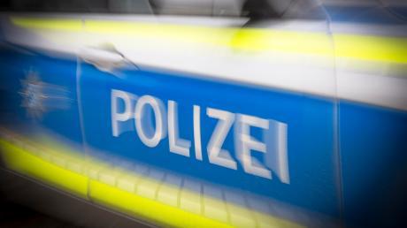 Einen Verkehrsunfall auf einem Feldweg bei Welden musste die Polizei am späten Samstagabend aufnehmen.