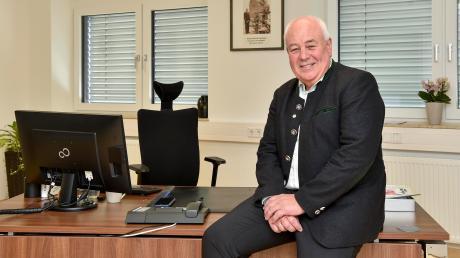 Peter Ditsch an seinem Schreibtisch im Prittirchinger Rathaus. Der 60-Jährige war auch zwölf Jahre stellvertretender Landrat. Ab Mai kann er seinen Ruhestand genießen.