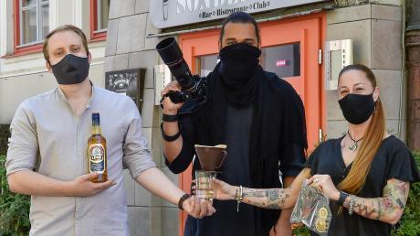 """Michael Ehrenwirth, Philipp Altheimer und Manuela Sauter posieren vor der """"Sonderbar"""" mit ihren Drinks."""