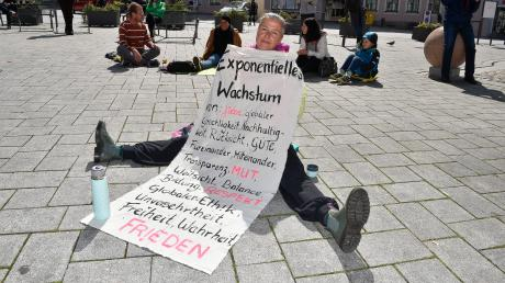 Meditation am Hauptplatz: Julia Bohn mit Plakaten.