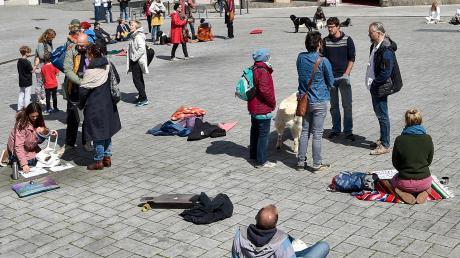 Ruhig und friedlich war die Meditation in Landsberg auf dem Hauptplatz. Sie findet künftig immer samstags statt.