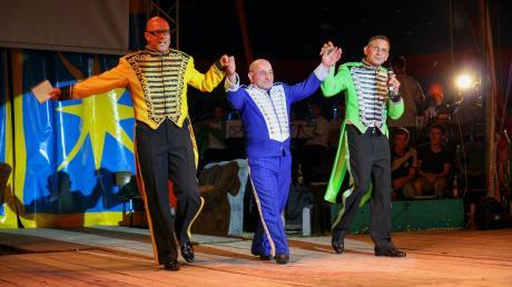 René Frank in der Mitte zwischen Circusdirektor Martin Metz (links) und Stefan Klotz bei einem Auftritt in St. Ottilien.