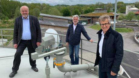 Von links: Der stellvertretende Verwaltungsratsvorsitzende, Bürgermeister Siegfried Luge, der Verwaltungsratsvorsitzende Herbert Kirsch, und der Vorstand der Ammerseewerke Manfred Schmid bei der Inbetriebnahme des neuen Gasbehälters.
