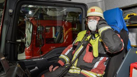 Landsbergs Kommandant Christian Jungbauer und seine Kameraden tragen eine Maske im Einsatz. Nur der Fahrer hat keinen Schutz auf.