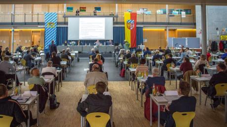 Damit die aufgrund der Corona-Pandemie geltenden Abstandsregeln eingehalten werden können, fand die konstituierende Sitzung des Kreistags in der Aula der Realschule in Kaufering statt.