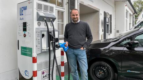 Dr. Christian Moser ärgert sich, dass die Schnellladestation der Lechwerke in der Sandauer Straße in Landsbergseit fünf Wochen defekt ist.