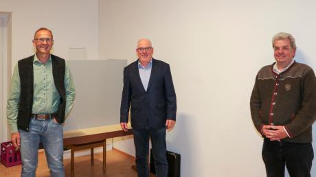 Abstand haltend, aber gemeinsam in die neue Amtszeit: Scheurings neuer Bürgermeister Konrad Maisterl (Mitte) mit seinen beiden Stellvertretern Franz Berghofer (links) und Rudolf Aumüller.