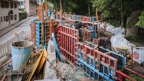 Die Baustellen an den Lech-Ufermauern neigen sich dem Ende entgegen. Auf der Westseitewird noch eifrig gearbeitet.