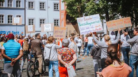 Vor einigen Wochen gab es bereits eine Demo auf dem Landsberger Hellmairplatz, bei der die Teilnehmer ein Ende der Maskenpflicht forderten. Jetzt soll eine größere Veranstaltung auf der Waitzinger Wiese stattfinden.