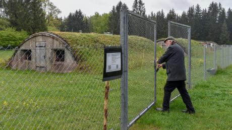 Manfred Deiler ist der Präsident der Europäischen Holocaustgedenkstätte Stiftung in Landsberg. Das Archivbild zeigt ihn am KZ-Lager Kaufering VII.
