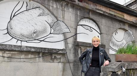 Stefanie Sanktjohanser aus Dießen hat diesen überdimensionalen Waller an ein Haus am Marktplatz gemalt.