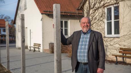 Bürgermeister Siegfried Luge vor der alten Schule in Eching.