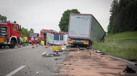 Tragischer Unfall auf der B17: Bei Denklingen prallte ein mit vier Personen besetzter Wagen in einen Sattelzug.