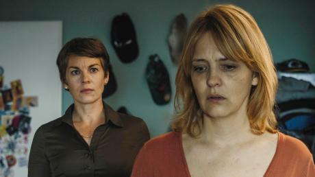 """Die Dießener Schauspielerin Victoria Mayer (Antonia Schellenberg, links) und Laura Tonke (Judith Kovacic) im 1135. Tatort """"Lass den Mond am Himmel stehen""""."""