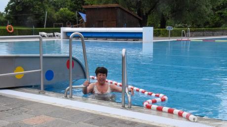 Ingrid Zeyer freut sich, dass sie wieder im Warmfreibad Thaining schwimmen kann.