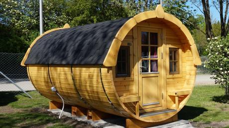 Sechs Campingfässer, in denen Urlauber künftig auf dem Uttinger Campingplatz Urlaub machen können, hat die Pächterfamilie Pickl aufgebaut.