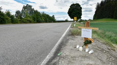 An der Unfallstelle auf der B17 erinnert ein Holzkreuz an das Unglück mit vier Toten.