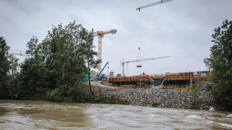 Wegen des vielen Regens bringt der Lech derzeit einige Wassermassen. Bisher bereitet die Höhe des Abflussesden Bauarbeiten am Lechsteg aber noch keine Probleme.