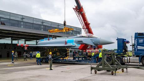 Der Eurofighter der Bundeswehr wurde am Dienstag auf dem Fliegerhorst in Lagerlechfeld auf einen Tieflader gehoben. Am Mittwoch wird der Kampfjet nach Kaufbeuren transportiert.