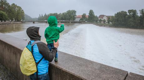 Droht im Landkreis Landsberg ein Hochwasser? Unser Foto zeigt den gut gefüllten Lech.
