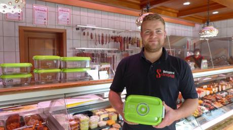 Der Windacher Metzger Martin Neugebauer will mit einem Pfandboxen-System den Plastikmüll reduzieren.