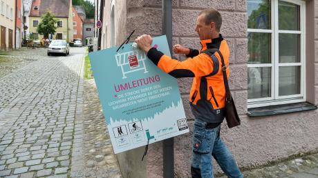 ForstamtsleiterMichael Siller entfernt das Umleitungsschild am Eingang zum Klösterl.