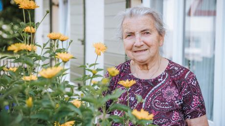 Rosina Bart pflegt den großen Garten zusammen mit ihren Söhnen. Überall grünt und blüht es.