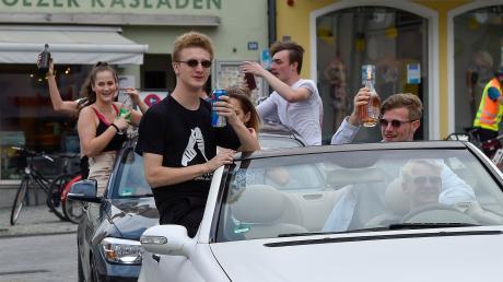 Autokorso in Landsberg: Die Abiturienten haben am Freitag ihre Noten erfahren. Abschlusspartys, -bälle und -fahrten fallen jedoch wegen der Corona-Maßnahmen aus.