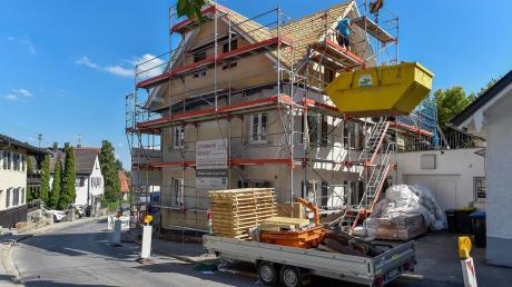Besonders eng geht es derzeit an dieser Stelle der Dießener Hofmark her: Jens Lengewitz und Julia Flach bauen dort ein altes Haus um.