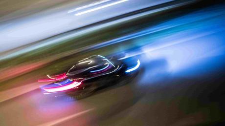 Beamten in Zivil fällt am Sonntag ein Autofahrer auf, der auf der A8 bei Augsburg rast. Nun muss der Mann mit einem Fahrverbot rechnen.