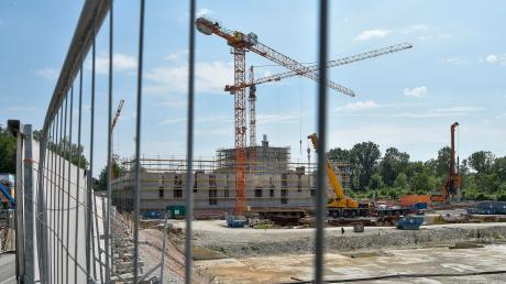 Vor dem derzeit enstehenden Gebäude soll der Kulturbau errichtet werden.