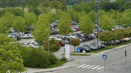 Der Parkplatz des Landsberger Klinikums ist oft voll belegt. Jetzt soll sich die Situation durch eine Überwachung verbessern.