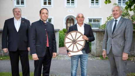 Landsbergs neuer Kreishandwerksmeister Markus Wasserle (Zweiter von links) mit seinem Vorgänger Michael Riedle (Zweiter von rechts), seinem Stellvertreter Wolfgang Zeit (links) und Kammerpräsident Franz Xaver Peteranderl.