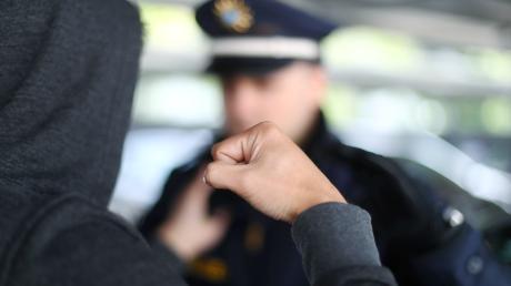 Polizisten werden – auch im Landkreis Landsberg – immer öfter Opfer von Gewalt. Die Ordnungshüter sehen sich aber auch mit Vorwürfen konfrontiert.