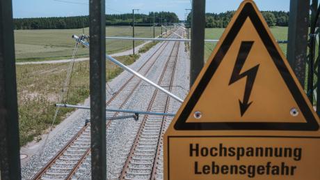 Die Bahnstrecke zwischen Geltendorf und Lindau (hier bei Schwabhausen) steht jetzt zumindest testweise schon unter Strom.