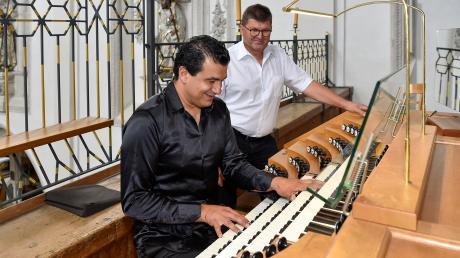 Organist Paolo Oreni (vorne) und Orgelbauer Siegfried Schmid vor dem Konzert in der Stadtpfarrkirche Mariä Himmelfahrt in Landsberg.