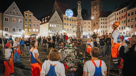 Die Lange Kunstnacht in Landsberg muss in diesem Jahr wegen Corona ausfallen. Unser Archivfoto zeigt eine Aktion aus dem Jahr 2019 am Hauptplatz.