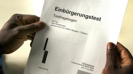 Wegen gewerbs- und bandenmäßiger Einschleusung von Ausländern und Urkundenfälschung muss sich ein Mann aus dem Landkreis Landsberg vor dem Landgericht München verantworten.