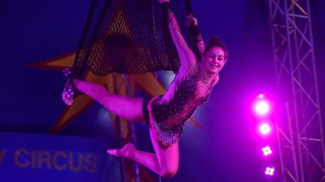 Erste Vorstellung im Zirkuszelt in Dießen:Angelina Wiliam freut sich sichtlich.