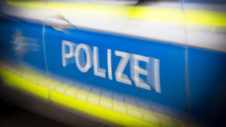 An einer Tankstelle bei Dinkelscherben kracht eine 57-Jährige mit ihrem Auto gegen den Wagen einer 80-Jährigen.