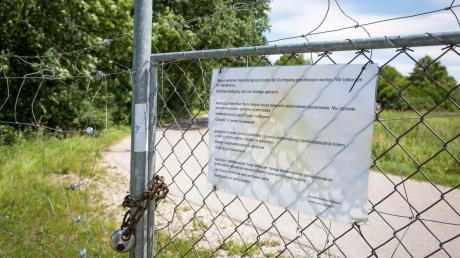 Die schmale Türe ist mittlerweile versperrt. In mehreren Sprachen ist dort zu lesen,warum der Durchgang verboten ist.